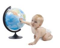 Criança que joga com globo Imagens de Stock Royalty Free