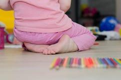 Criança que joga com lápis coloridos fotos de stock