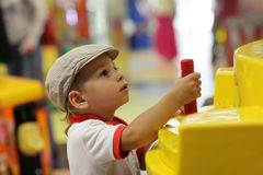 Criança que joga com máquina de jogo Imagens de Stock Royalty Free