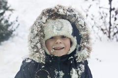 Criança que joga com neve fotografia de stock royalty free