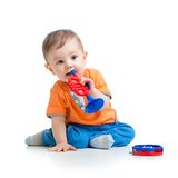 Criança que joga com o brinquedo musical isolado imagem de stock royalty free