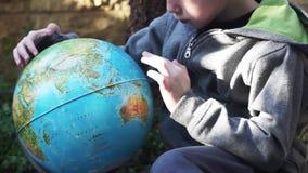 Criança que joga com o Globus video estoque