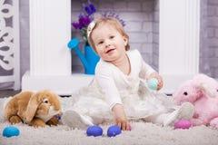 Criança que joga com ovos de easter Fotos de Stock Royalty Free