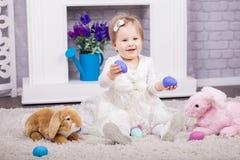 Criança que joga com ovos de easter Foto de Stock