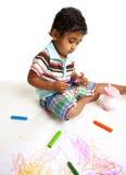 Criança que joga com pastéis Imagens de Stock Royalty Free