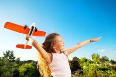 Criança que joga com plano Foto de Stock Royalty Free