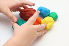 Criança que joga com playdough imagem de stock royalty free