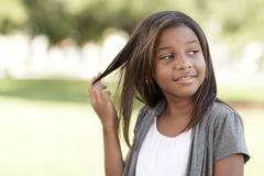 Criança que joga com seu cabelo foto de stock royalty free
