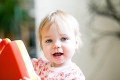 Criança que joga com sorriso feliz dos brinquedos imagens de stock