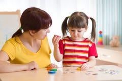 Criança que joga com terapeuta de discurso Imagens de Stock