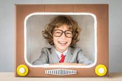 Criança que joga com tevê dos desenhos animados foto de stock royalty free