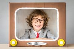 Criança que joga com tevê dos desenhos animados fotografia de stock royalty free