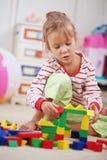 Criança que joga com tijolos Foto de Stock Royalty Free