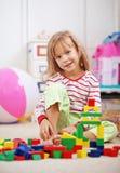 Criança que joga com tijolos Foto de Stock