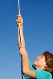 Criança que joga a corda de escalada Imagem de Stock Royalty Free