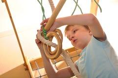 Criança que joga e que exercita em casa Fotos de Stock