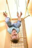 Criança que joga e que exersicing em casa Imagens de Stock Royalty Free