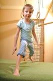 Criança que joga e que exersicing em casa Fotos de Stock