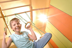 Criança que joga e que exersicing em casa Fotografia de Stock