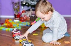 Criança que joga em casa Fotos de Stock