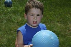 Criança que joga a esfera imagem de stock royalty free