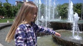 Criança que joga, gerencio exterior no parque, menina feliz de sorriso que aprecia o verão 4K video estoque