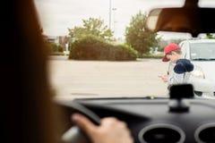 Criança que joga jogos móveis no smartphone na rua Foto de Stock Royalty Free