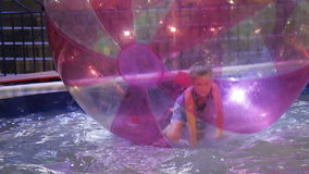 Criança que joga na água na atração, HD filme