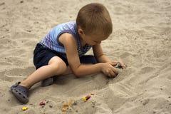 Criança que joga na areia Imagens de Stock Royalty Free