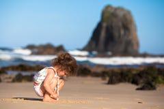 Criança que joga na areia Imagens de Stock