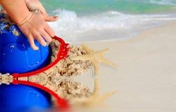 Criança que joga na areia da praia Fotografia de Stock