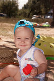 A criança que joga na areia na praia Foto de Stock