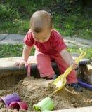 Criança que joga na caixa de areia Foto de Stock Royalty Free
