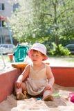 Criança que joga na caixa de areia Fotos de Stock