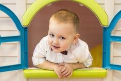 Criança que joga na casa do ` s das crianças fotos de stock