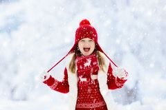 Criança que joga na neve no Natal Miúdos no inverno foto de stock