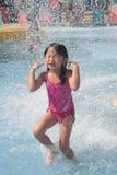 Criança que joga na piscina Fotos de Stock Royalty Free