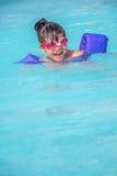 Criança que joga na piscina fotografia de stock
