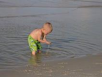 Criança que joga na ressaca. Foto de Stock Royalty Free