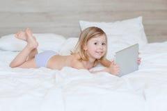 Criança que joga na tabuleta Foto de Stock Royalty Free