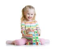 Criança que joga no assoalho em casa ou no jardim de infância Foto de Stock