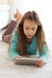 Criança que joga no ipad fotos de stock