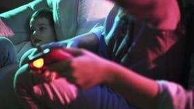 Criança que joga no jogo de computador, manche do detalhe nas mãos