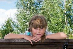 Criança que joga no parque fotografia de stock royalty free