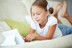 Criança que joga no PC da tabuleta imagem de stock royalty free