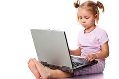 Criança que joga no portátil fotos de stock royalty free