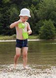 Criança que joga no rio Fotografia de Stock