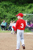 Criança que joga o basebol. Fotos de Stock