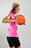 Criança que joga o basquetebol Fotos de Stock