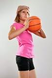 Criança que joga o basquetebol e que joga a bola Foto de Stock